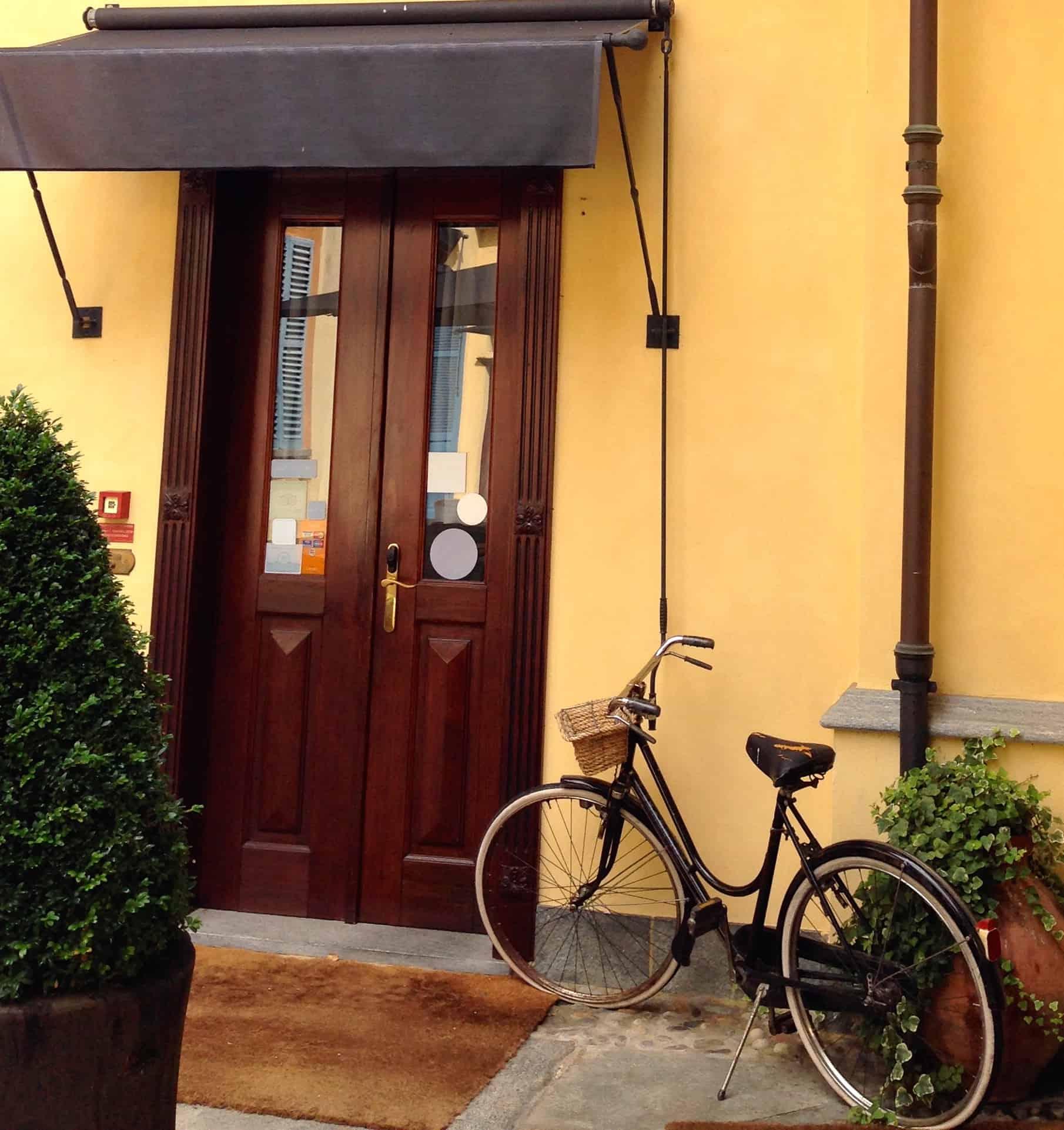 Bike_yellowwall_browndoor